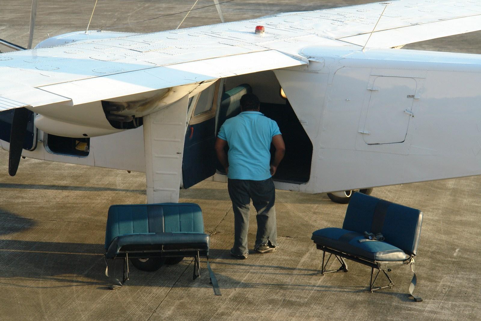 Poniendo los asientos para volar Historias de aeropuertos - 14937561676 96b95b00c3 o - Historias de aeropuertos