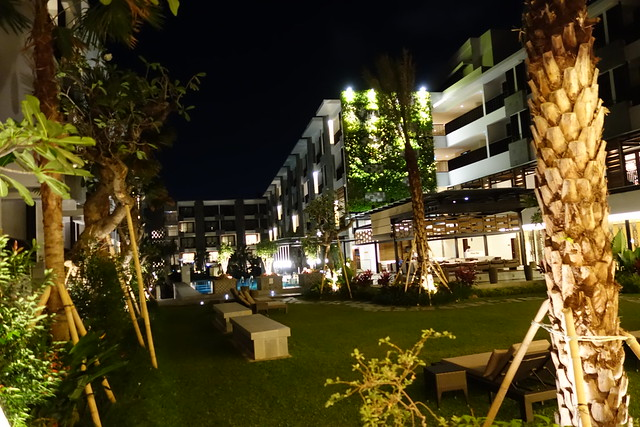 The poolside breakout area at Courtyard by Marriott Bali Seminyak - Aug 2014