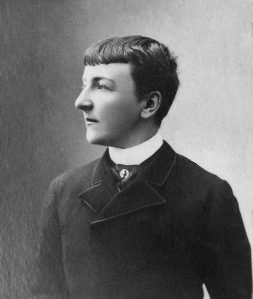 Jane Dieulafoy hacia 1895 fotografiada por Eugéne L. Pirou