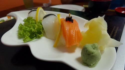 ซูชิปลาหมึก และซูชิแซลมอนพร้อมไข่ปลาคาร์เวียร์