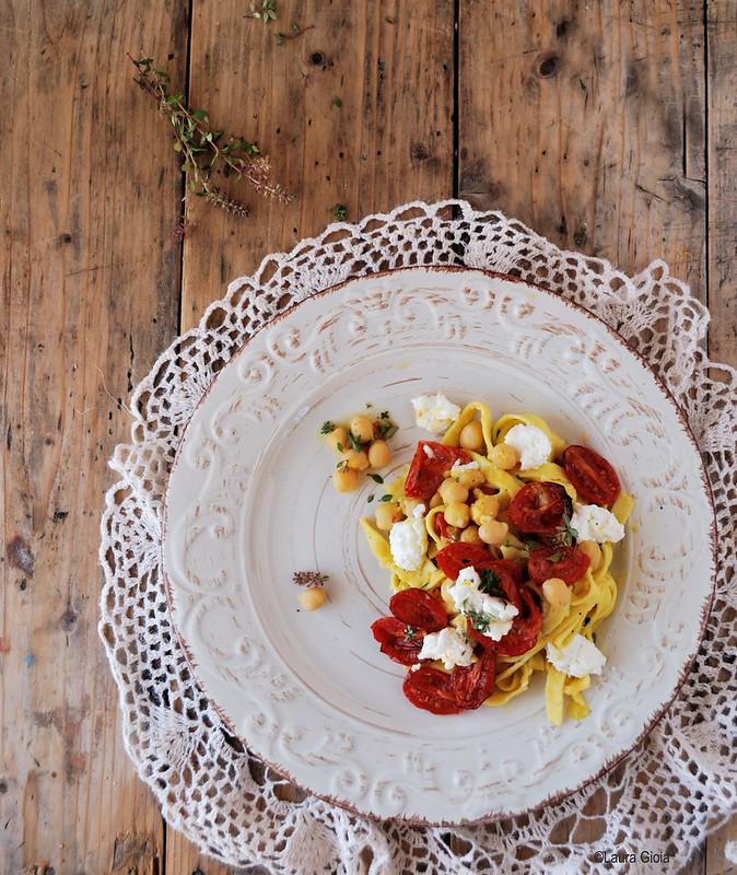 Tagliatelle di ceci con pomodorini al forno profumati al timo e ricotta di pecora