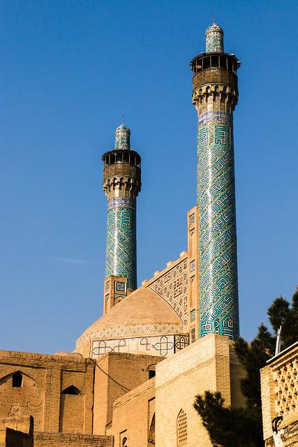 Turquoise blue minarets of Imam mosque, Isfahan, Iran イスファハン、王のモスクのターコイズ色ミナレット