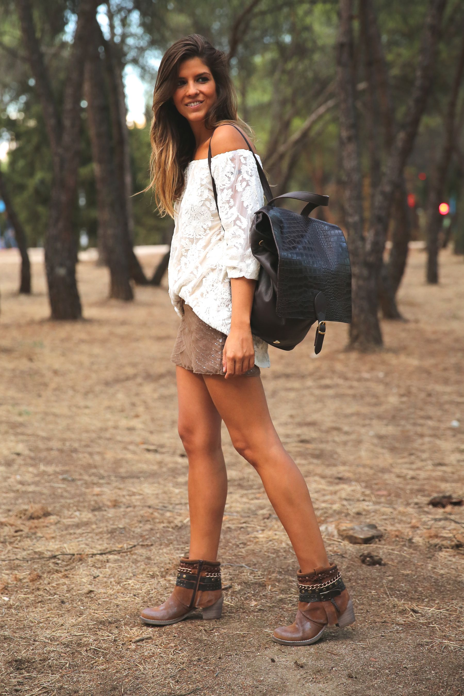 trendy_taste-look-outfit-street_style-ootd-blog-blogger-fashion_spain-moda_españa-primavera/verano-boho-trendy-planes_de_día-lentejuelas-falda-botines-étnico-mochila-crochet-encaje-11