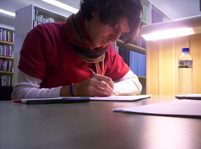 Hombre estudiando