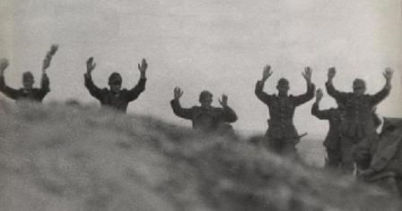 Soldados alemanes rindiéndose