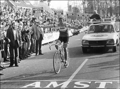 Gerrie Knetemann a braccia alzate all'Amstel '74