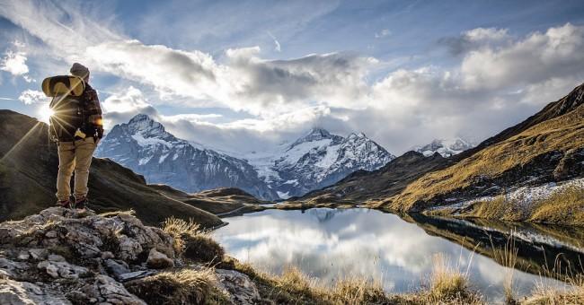 Bachalpsee – zrcadlo pro bílé štíty hor a zelené louky