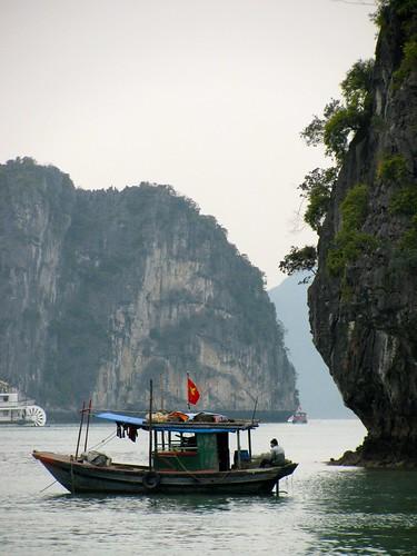 Bote vietnamita en la bahía de Halong