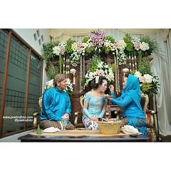 Dulang Pungkasan, atau suapan terakhir orang tua kepada putrinya karena telah berpindah tanggung jawab dari orang tua kepada suami tercinta.   Puteri+Rifki #javanesewedding #weddingceremony at #Yogyakarta | #wedding #photowedding by @poetrafoto #indonesia