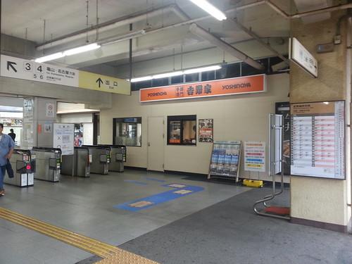 津駅の吉野家、駅構内からテイクアウトというか窓とってつけ。