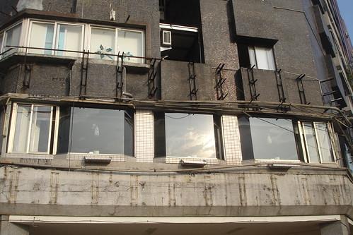 高雄新國際西餐廳的成長-改裝前招牌拆除後外牆