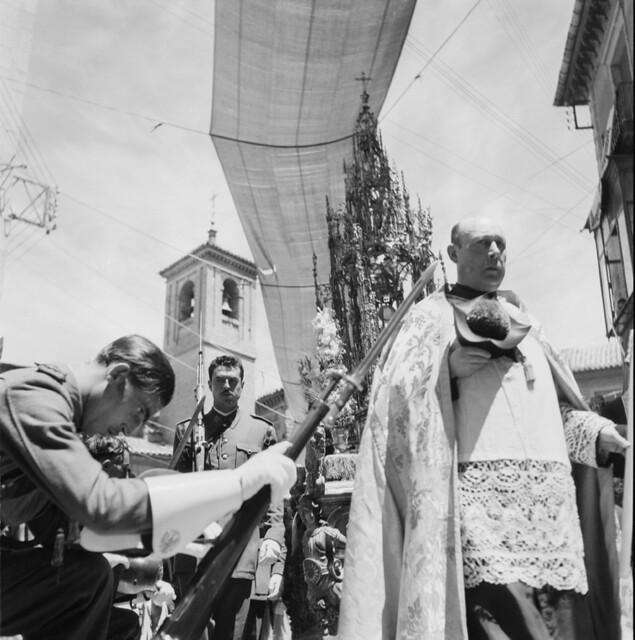 Procesión del Corpus Christi en los años 50. Fotografía de Francesc Catalá Roca © Arxiu Fotogràfic de l'Arxiu Històric del Col·legi d'Arquitectes de Catalunya. Signatura B_4347_356