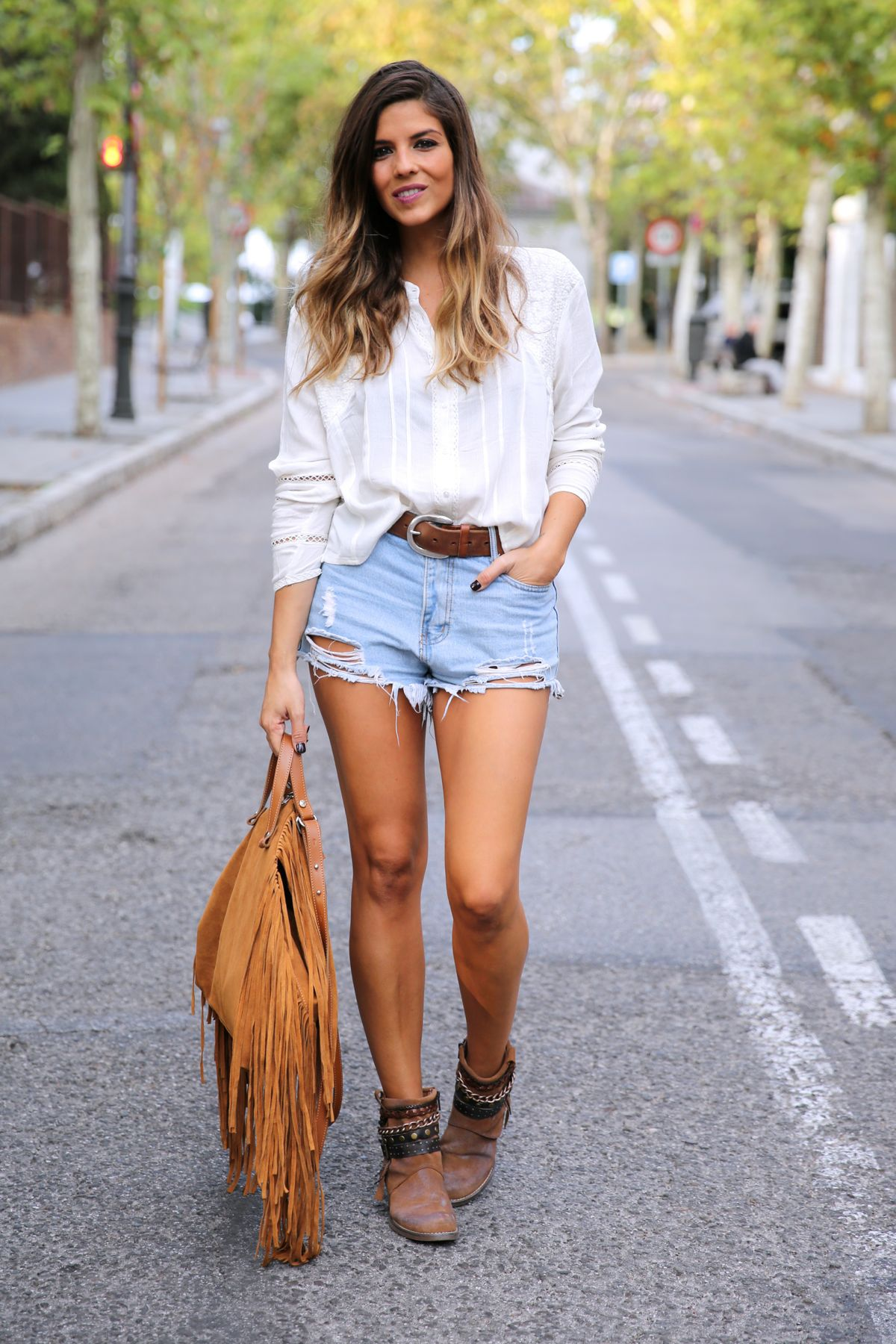 trendy_taste-look-outfit-street_style-ootd-blog-blogger-fashion_spain-moda_españa-boho-hippie-flecos-botines_camperos-cowboy_booties-mochila-backpack-blusa-camisa-denim-shorts-vaqueros-5