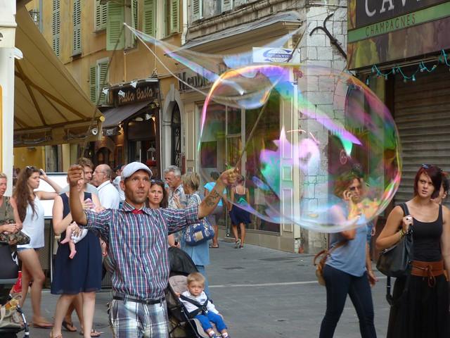 Haciendo pompas de jabón en Niza