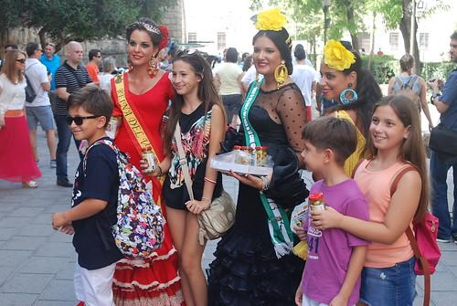 AionSur 14921354899_7075004db9_d Reina y damas del 2013 reparten aceitunas en el centro de Sevilla para promocionar la Feria del Verdeo Feria del Verdeo