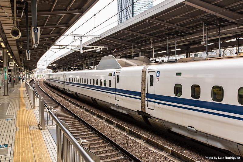 Detalle del pantógrafo apantallado para absorber ruido en un shinkansen N700