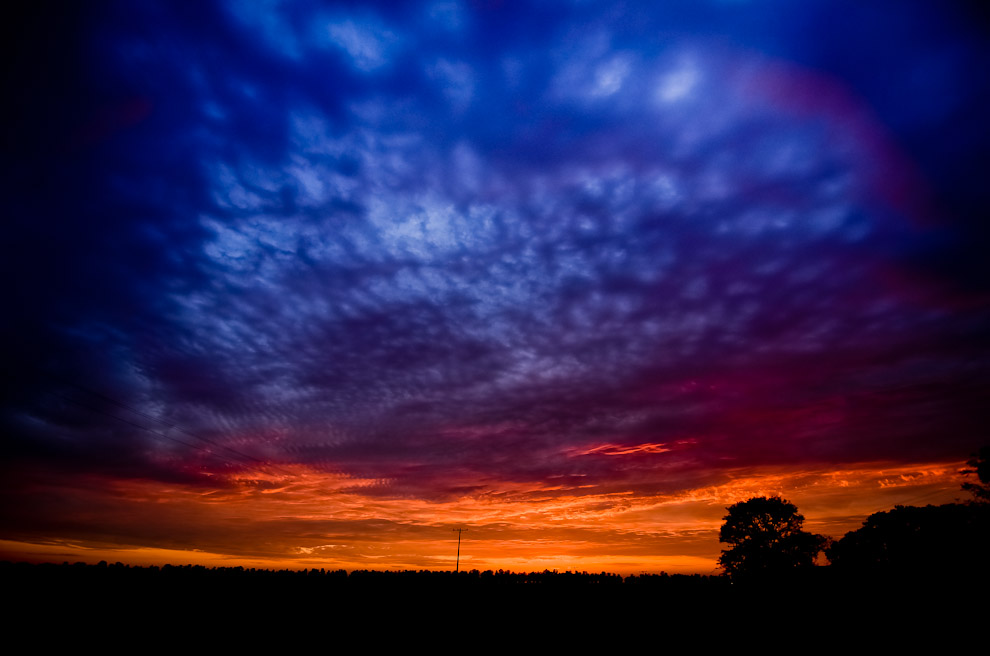 Amanece en la campiña de Misiones donde el cielo se divide entre lo que fue una fresca noche y la llegada del cálido sol de Septiembre. (Elton Núñez)