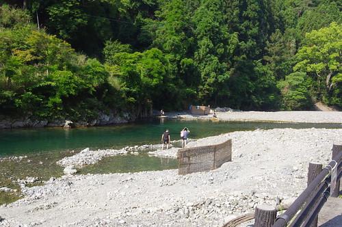 川を掘ると湯がわく