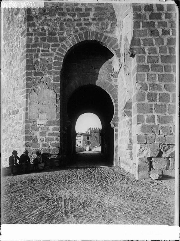 Puente de San Martín a comienzos del siglo XX. Fotografía de J. Lacoste © MECD, Fototeca del IPCE, signatura VN-22614_P