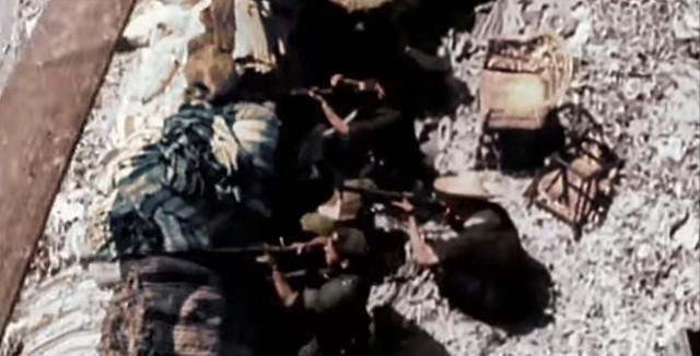 Barricada en la Cuesta de las Armas vista desde un balcón de la calle. Captura de un vídeo real a color de la Guerra Civil en Toledo en el verano de 1936