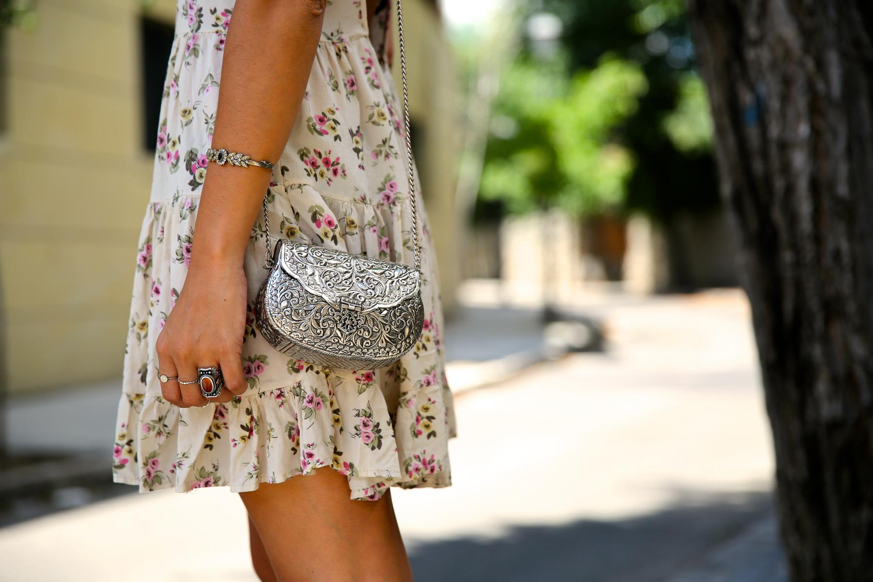trendy_taste-look-outfit-street_style-ootd-blog-blogger-fashion_spain-moda_españa-vince_camuto-botines_granates-burgundy_booties-flower_print-estampado_flores-silver_bag-bolso_plata-estampado_flores-boho-top-2