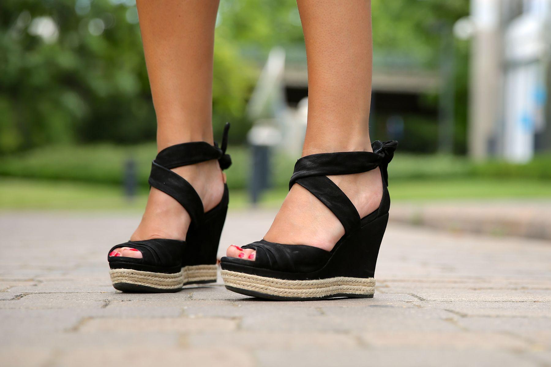 trendy_taste-look-outfit-street_style-ootd-blog-blogger-fashion_spain-moda_españa-fringed_bag-bolso_flecos-sandalias-verano-summer_sandals-ugg_australia-denim_shorts-shorts_vaqueros-oversize-1