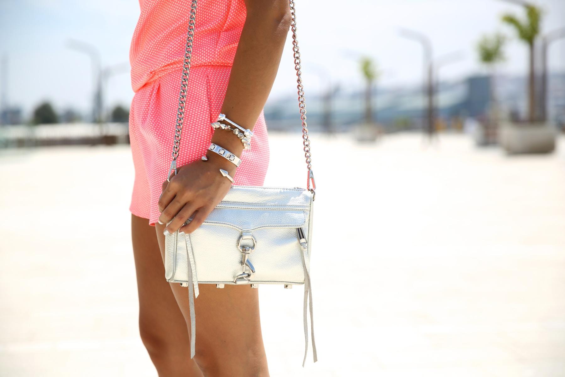 trendy_taste-look-outfit-street_style-ootd-blog-blogger-fashion_spain-moda_españa-silver_bag-bolso_plata-mono_rosa-mekdes-coruña-marina-2