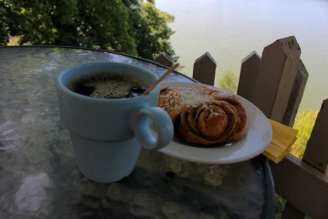 coffee_and_cinnamon_bun_2