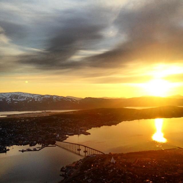 Las vistas de Tromsø a las 00:40 desde el monte Fløya son impresionantes #laponianoruega