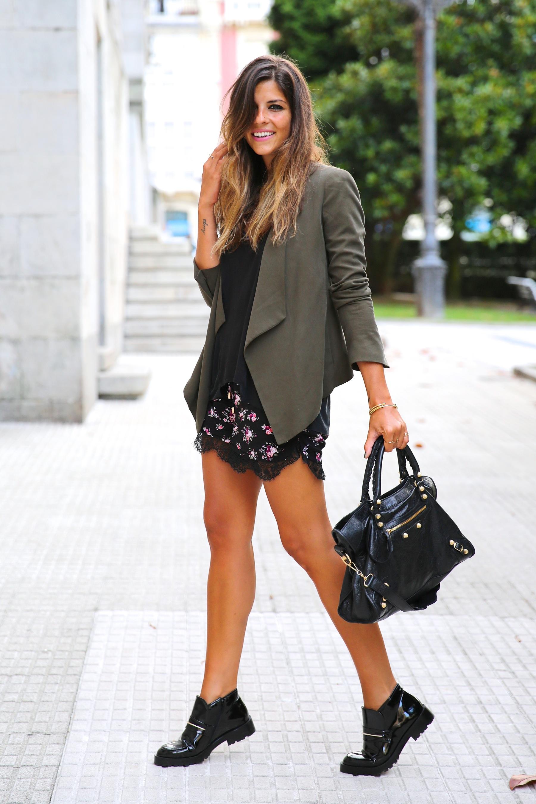 trendy_taste-look-outfit-street_style-ootd-blog-blogger-fashion_spain-moda_españa-khaki_blazer-blazer_caqui-flower_print-estampado_flores-shorts-botines_charol-9