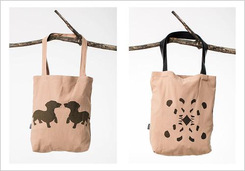 19c55b9ebba4 A játékra felajánlott 2 vászon táska a tavaszi-nyári kollekciójuk egy-egy  darabja. A stilizált állatmintákkal díszített táskák játékosan ...