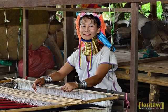 Kayan Lahwi weaver