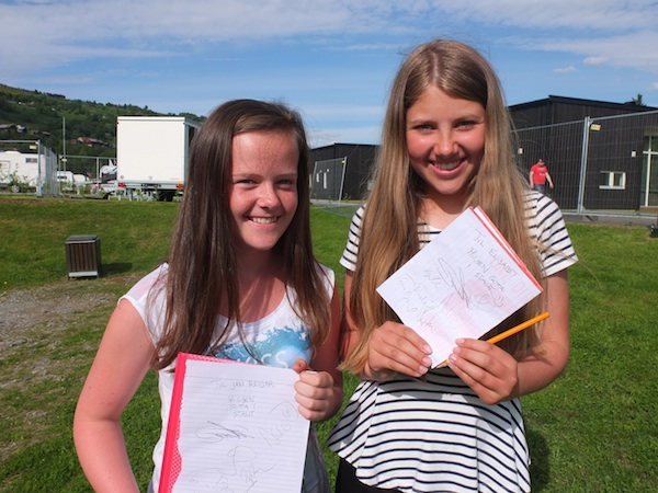 Guro Berge og Sofie Vinjerui Berge har sikra seg autografar.