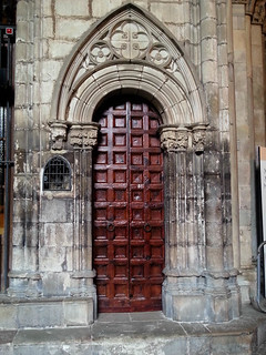 Bilde av Cathedral of Santa Eulalia. barcelona door detail building architecture spain carving thecloister barcelonacathedral cosmostour tourtoeuropeinseptnov2012 saintritachapel