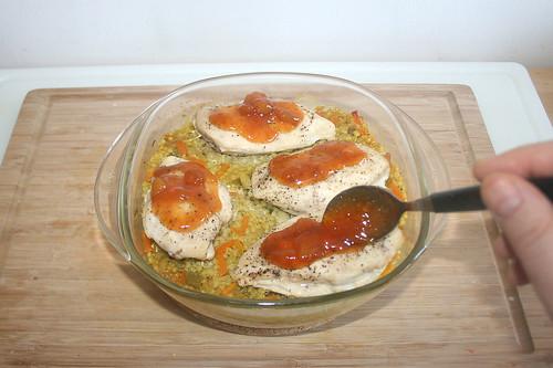 40 - Hähnchenbrust mit Mangochutney bestreichen / Dredge chicken breasts with mango chutney