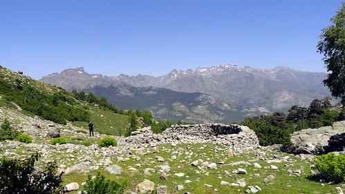 Arrivée aux bergeries d'Arenucciu sur fond de Grande Barrière (photo Victor Gomis)