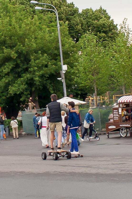 Москва. Парк Культуры. Необычные транспортные средства На сей раз скейт с моторчиком