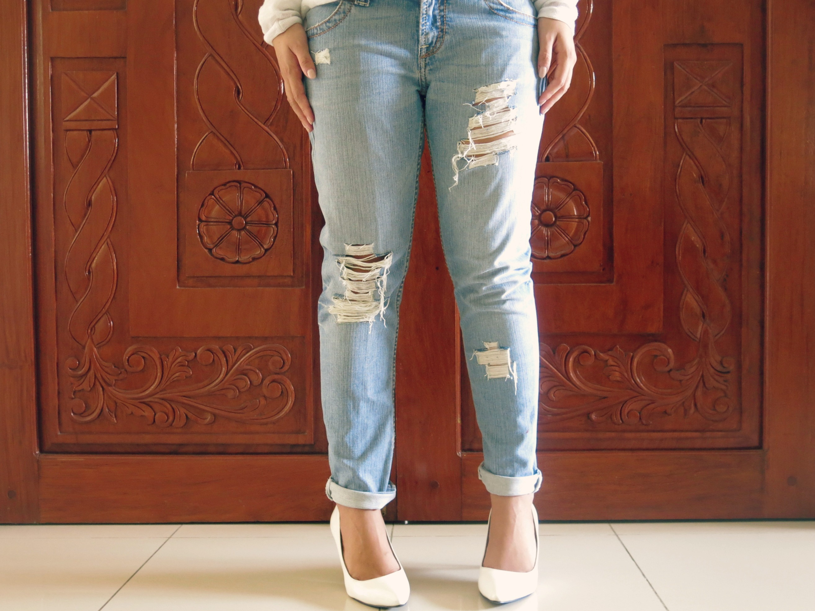 How To Make Distressed Jeans With Scissors | Jeans To