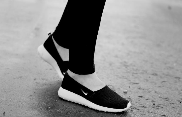 fashionblog, modeblog, fashion is a party, ugg's in de zomer, schoenen zonder veters, nike roshe run, nike roshe run slip on, nike air max, comfortabele sneakers, nike roshe run zwart wit, zalando, outfitpost, slip on's comfortabel, damesschoenen, nike sneakers