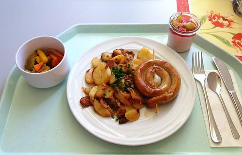 Bratwurstschnecke mit Bratkartoffeln / Coiled fried sausage & roast potatoes