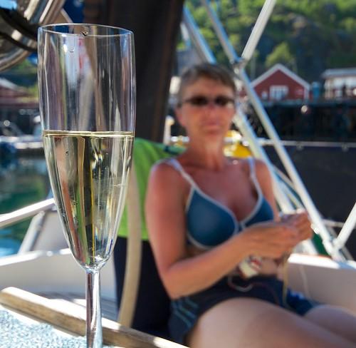Litt hvitvin i varmen smaker, også i Nusfjord.