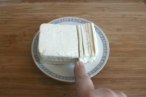 24 - Schafskäse zerkleinern / Grind feta