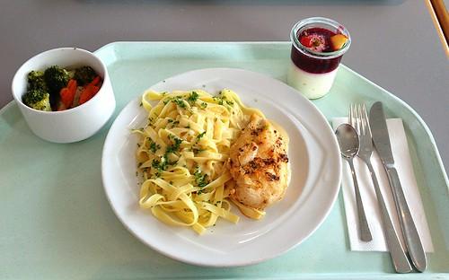 Hähnchenbrust mit Pesto mariniert an Tagliatelle & Zwiebel-Sahne-Sauce / Chicken breast marinated with pesto and tagliatelle with onion cream sauce