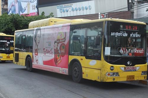 รถเมล์สาย 511 เบรกไม่ทัน พุ่งชนคนวิ่งตัดหน้ารถ ล้อทับหัวดับอนาถ