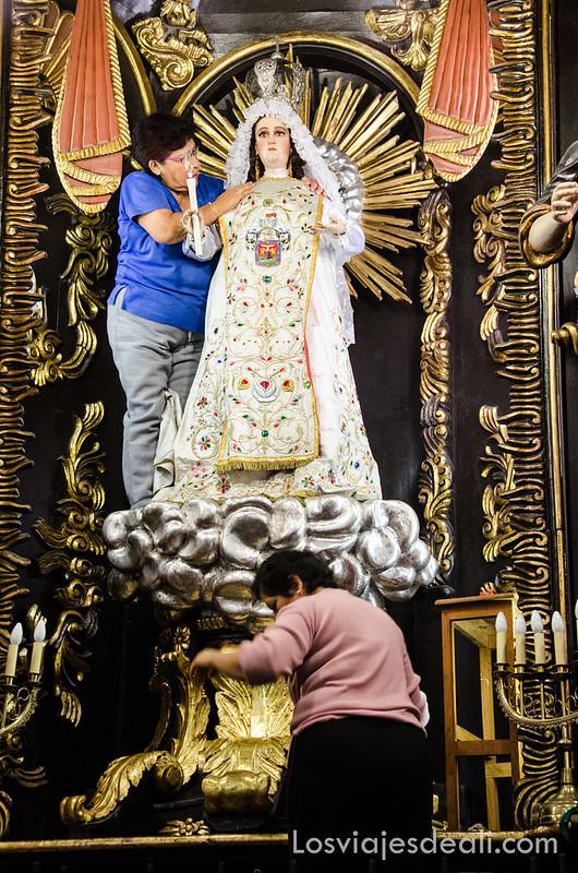 arreglando a la Virgen en Lima