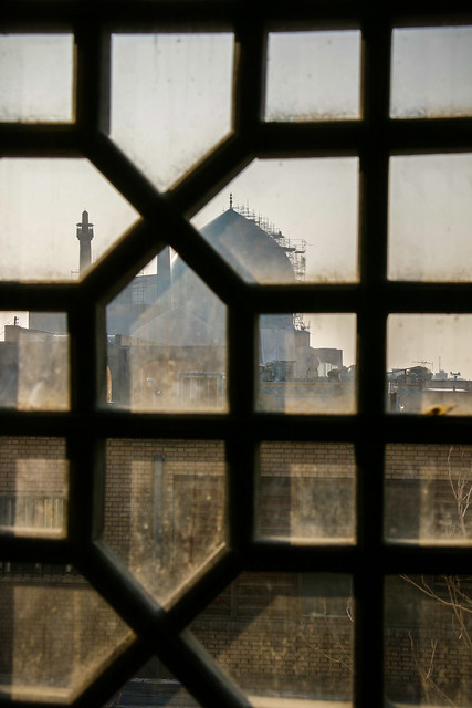Imam mosque viewed from Ali Qapu palace, Isfahan イスファハン、アーリー・ガープー宮殿から見た王のモスク
