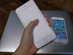 iPhone 6 Plus(型紙)と私の手
