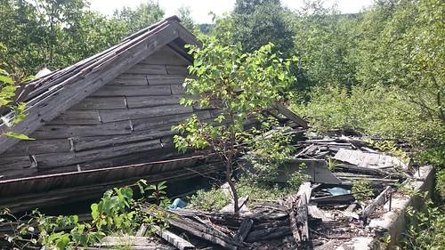 朽ちた木造家屋。変電所跡が見つからないなー