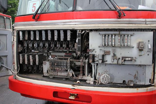 Štai variklio skyrius. Tiksliau valdymo skyrius. Jungikliai, saugikliai... Varikliai kažkur ties ratais. Nuolat judančių detalių nedaug - tik variklis ir ratai. Todėl tai yra itin efektyvi transporto priemonė.