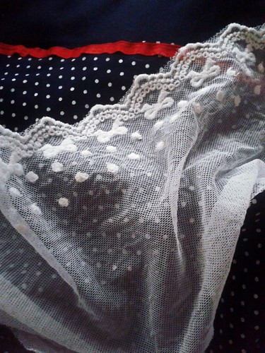 WIP for today : add lace to my september dress...
